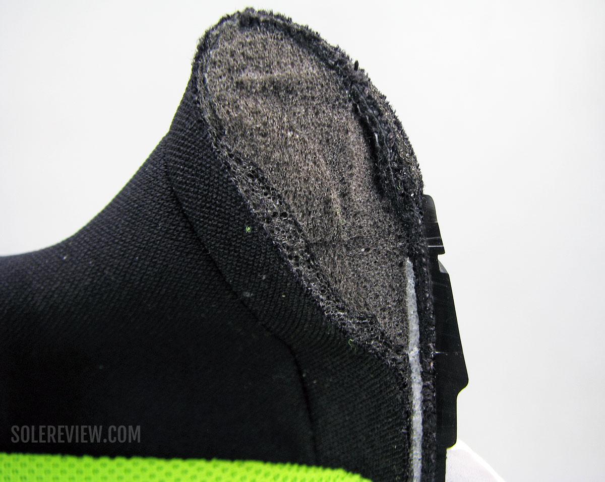 Пяточный воротник Nike Vomero 15, разрезанный пополам