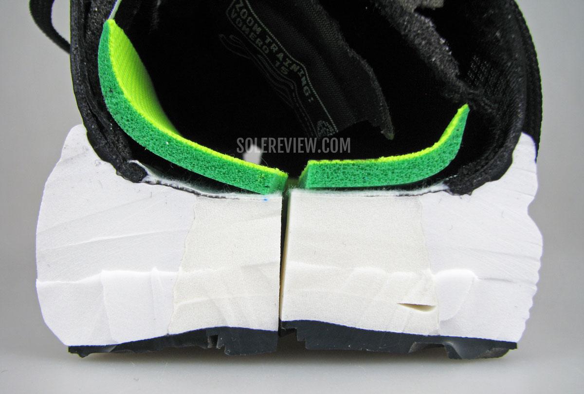 Разрезанные пополам межподошва и стелька Nike Vomero 15